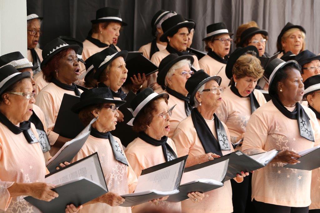 Resultado de imagem para idosos cantando no Coral