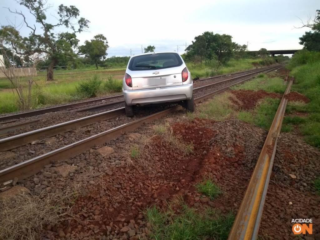 Veículo foi abandonado na linha férrea e interrompeu a circulação de trens (Foto: Reprodução)
