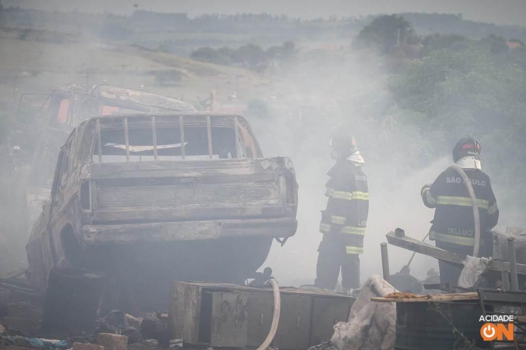 Ferro-velho pega fogo e quatro carcaças são incendiadas. (Foto: Luciano Claudino/Código 19)