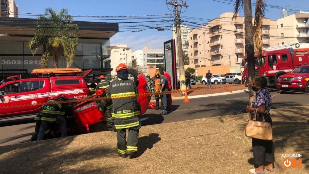 Mulher é socorrida após capotamento de carro em Ribeirão Preto