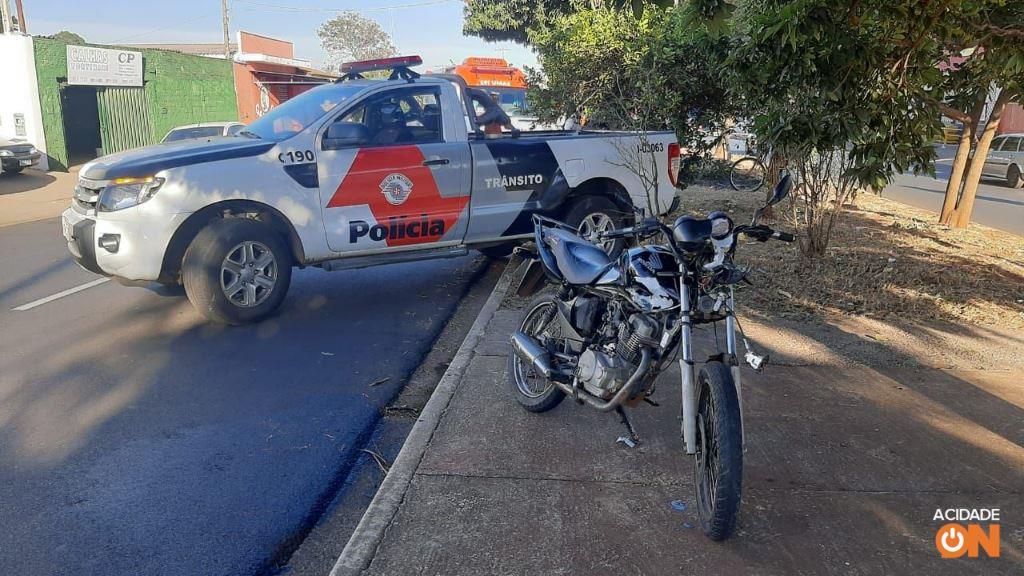 Motociclista fica em estado grave após bater em caminhão parado