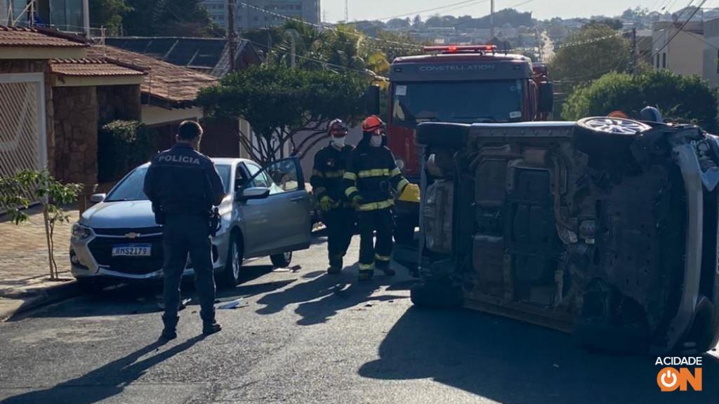 Carro tomba após batida em rua na zona Leste de Ribeirão Preto