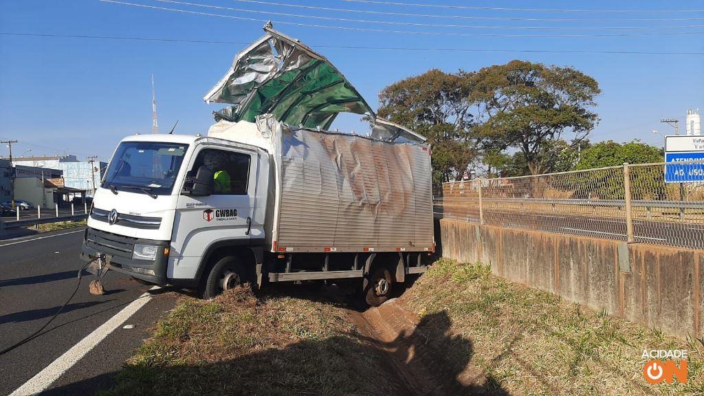 Caminhão capota na rodovia Cândido Portinari, em Brodowski