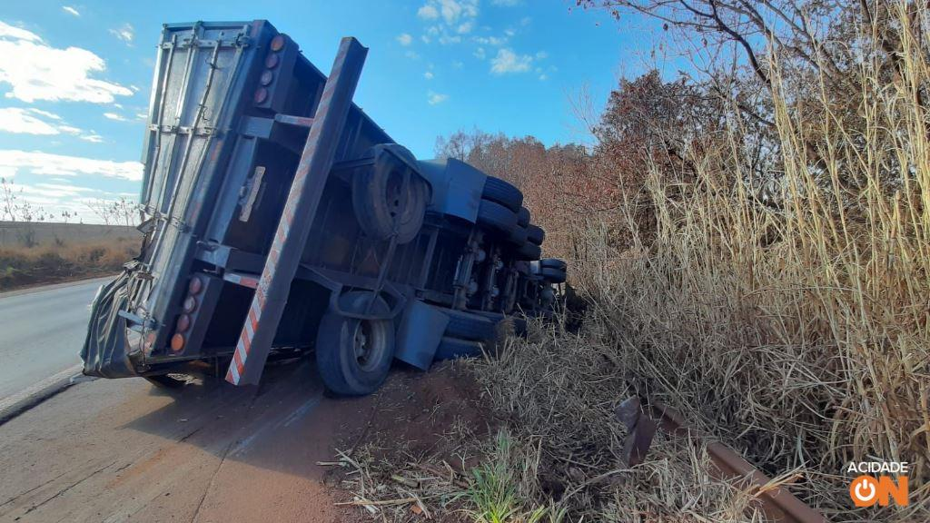 Caminhão com caixas de leite tomba em rodovia da região
