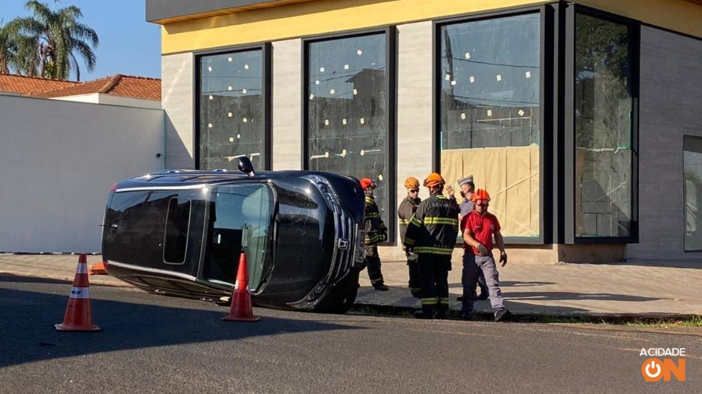 Carro capota depois de colisão na zona Sul de Ribeirão Preto