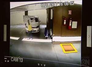 Imagens das câmeras de segurança mostram três suspeitos levando TVs, roupas, notebooks e dinheiro