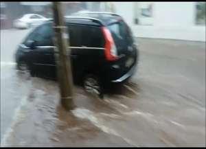 Imagens mostram forte enxurrada nas ruas São José e Lafaiete, na tarde desta quinta-feira (12 de janeiro)