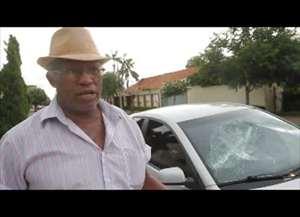 Ele ainda quebrou os vidros de pelo menos três carros que estavam estacionados na mesma rua; jovem acabou detido