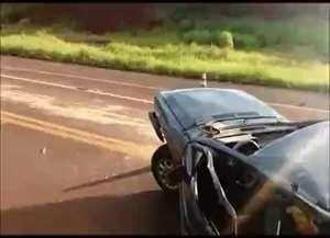 Batida com outro veículo ocorreu na tarde deste domingo (19); carro ficou despedaçado