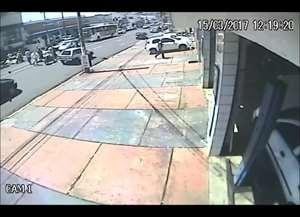 Motociclista bateu na traseira de um veículo na avenida Dom Pedro I