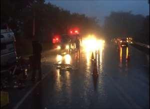 Caminhão, carregado com mangas, tombou no caminho para Pirangi; Polícia Rodoviária afirma que chovia forte na hora do acidente