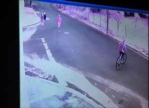 Os ladrões fogem com a bicicleta e a mochila do jovem