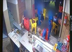 Três assaltantes participaram do roubo no Parque Industrial Tanquinho; Cerca de dez clientes tiveram seus pertences levados