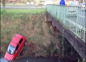 Motorista teria sido fechado por outro veículo e perdeu o controle; ele não ficou ferido