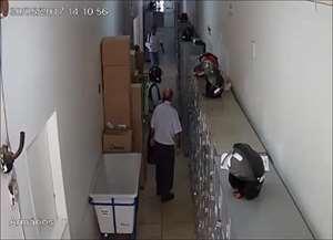 Vídeo mostra suspeitos indo até o caixa eletrônico e tentando arrombar equipamento