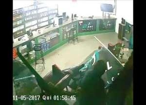 Imagens flagraram o momento em que os assaltantes invadiram a empresa na zona Norte
