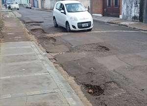 Carros desviam de um buraco e caem no outro, segundo morador