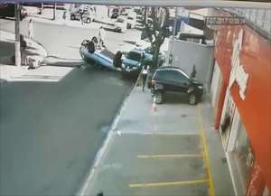 Imagens do circuito de segurança de um comércio em Paulínia flagrou um acidente de trânsito na manhã desta segunda-feira (17), n