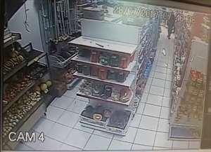 Eles renderam funcionários e clientes e antes de saírem atiraram contra a cabeça de um dos funcionários