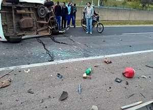 O veículo em que elas estavam bateu na traseira de um caminhão e capotou.