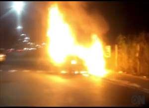 O veículo bateu em um poste de semáforo, que foi consertado no domingo (23)