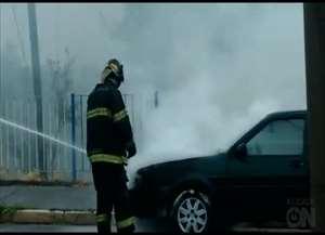 Veículo pegou fogo nesta tarde (07)