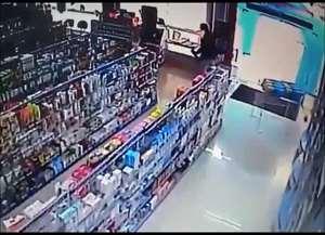 Câmeras de segurança de estabelecimento filmaram ação dos suspeitos