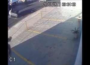 Motorista ficou ferido após colisão de carros em cruzamento da zona Sul de Ribeirão Preto