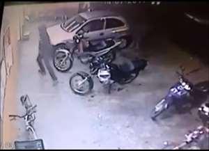 A mãe de um dos adolescentes fazia compra no momento do roubo, na noite da última sexta-feira (14)