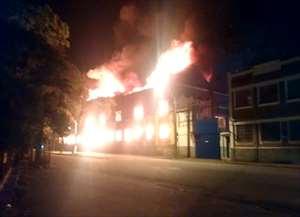 Fachada de prédio desativado desaba após incêndio em Rio das Pedras; veja o vídeo