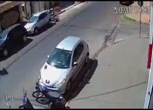 Tentativa de assalto nesta sexta-feira (25) foi gravada por câmeras de segurança; ninguém foi preso