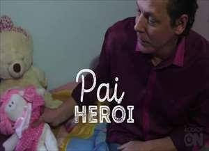 Com a filha, o pai brinca de bonecas, conta histórias e se torna um herói nos olhos de Laura