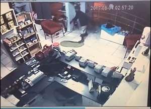 Ação foi registrada por câmera de segurança na madrugada desta quinta (3 de agosto), no Alto da Boa Vista