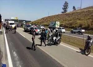 O trânsito no local está congestionado por isso é bom evitar passar pela estrada