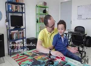 Filho ajuda e participa do trabalho do pai