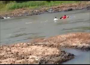 Homem de 34 anos morreu; outras três vítimas conseguiram se agarrar à embarcação e conseguiram se salvar