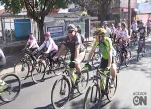 Cerca de 300 ciclistas participaram e pediram mais segurança e respeito no trânsito