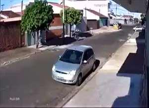 Gravação flagra homem chutando janela de carro para furtar mochila