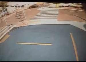 Câmera de segurança flagrou acidente na avenida Independência na tarde de sexta-feira (13)