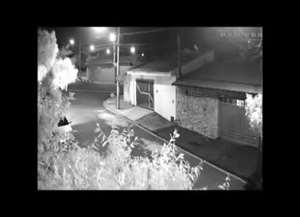 Criminosos ainda voltaram com o veículo da vítima e dispararam mais vezes