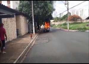 Incêndio em veículo assustou moradores do Jardim João Rossi
