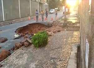 O rompimento ocorreu por volta das 4h30 na Avenida Mauricio Ladeira, esquina com a Avenida Carlos Grimaldi