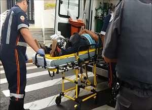 Motociclista caiu na rua Duque de Caxias e foi socorrido com escoriações pelo corpo na manhã desta quarta (8), em Ribeirão Preto