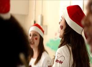 Há 5 anos, o grupo Ello do Amor, formado por familiares e amigos, leva músicas, presentes e sorrisos para crianças internadas