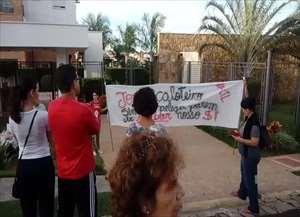 Servidores protestam contra falta de salários em frente a casa de prefeito