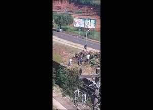 Vídeo denunciando a ação foi enviado por moradores da região. Prefeitura vai apurar a irregularidade