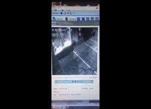 Câmeras de segurança flagraram o momento em que um homem quebra a porta do estabelecimento a chutes