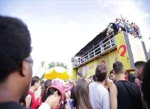 Integrantes de trio elétrico do Bloco Califórnia percebem problema e dão bronca em Ribeirão Preto
