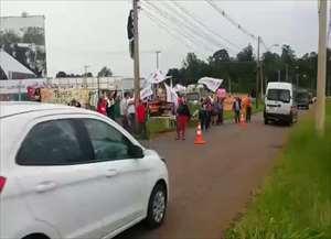 Um grupo de 50 manifestantes fazem ato acompanhados pela polícia e guarda municipal