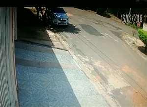 A menina foi abordada por um homem de moto e teve o celular roubado